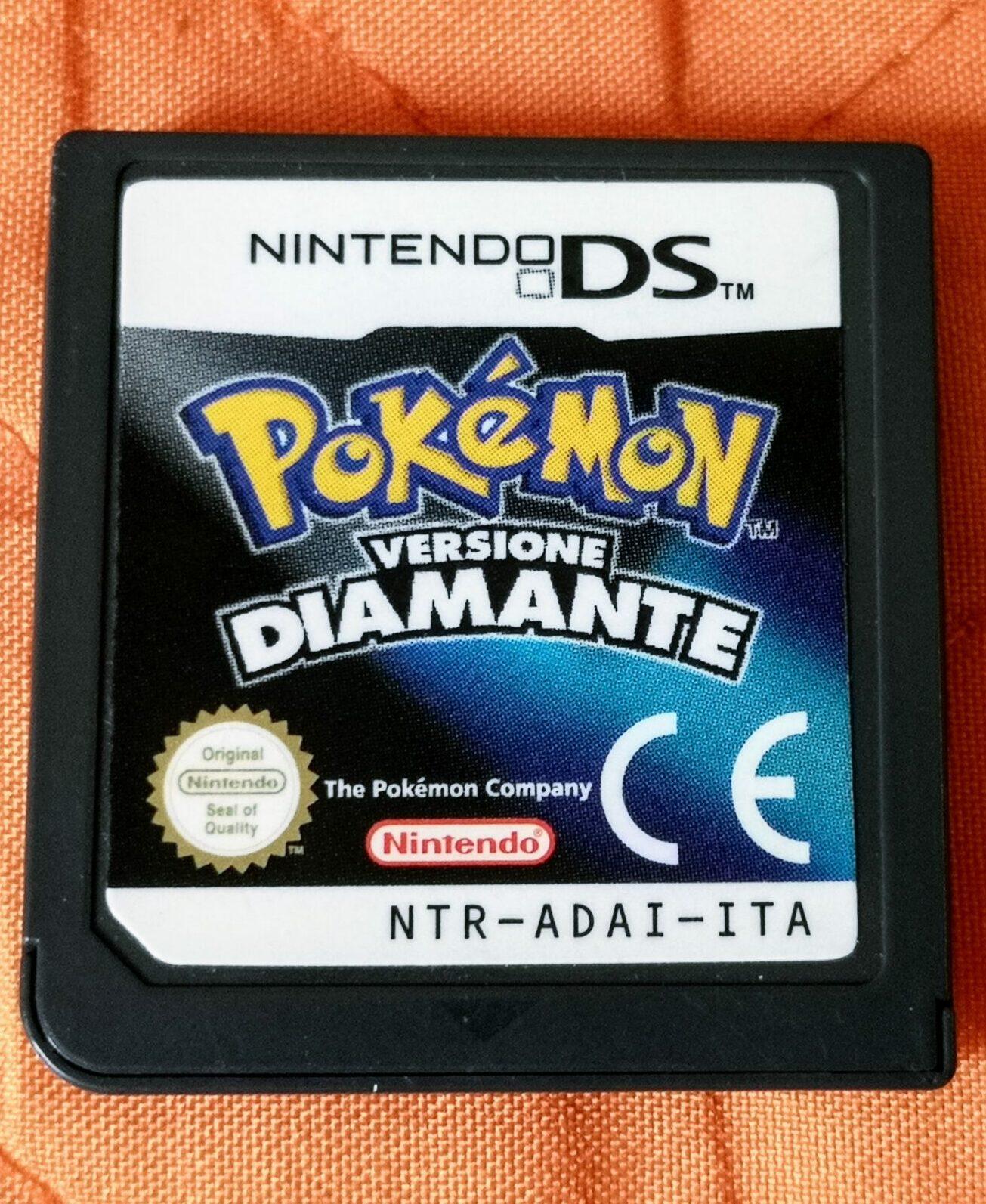 Pokémon Versione Diamante, scheda di gioco vista frontale